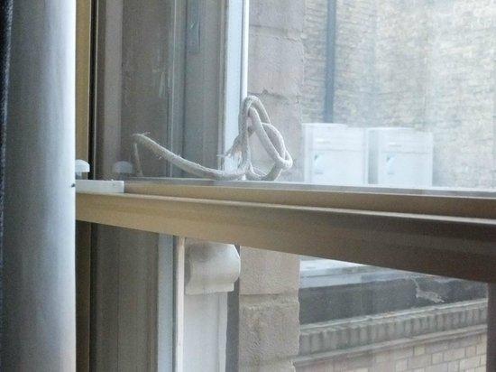Hotel du Vin Cambridge: Broken sash cord