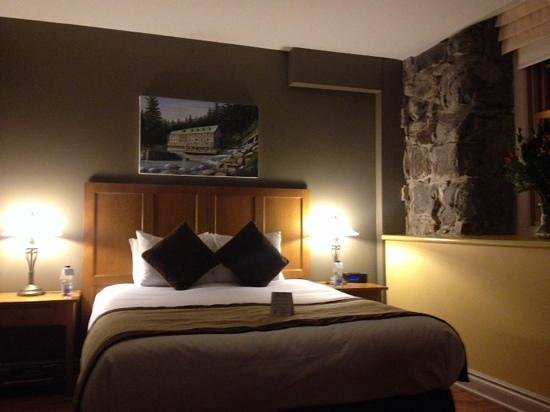 """Moulin Wakefield Mill Hotel & Spa : Here is our lower-grade """"River Grand Room"""". note it looks nothing like the pics on the web. No f"""