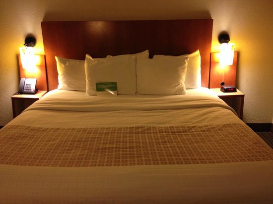 La Quinta Inn & Suites Charlotte Airport North: Big comfy kind bed!