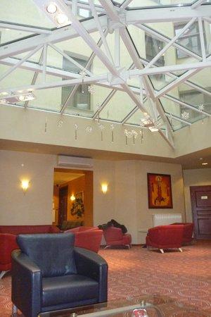 Monika Centrum Hotel: холл внутреннего дворика