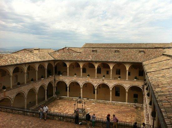 Basilica inferiore di San Francesco d'Assisi : Assisi, Basilica di San Francesco, chiostro