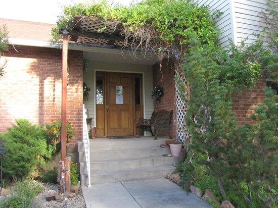 Desert Hills Bed and Breakfast : Front door entrance