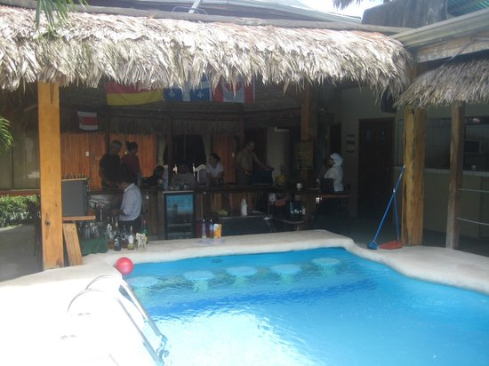 Arenal Hostel Resort : piscina y comedor