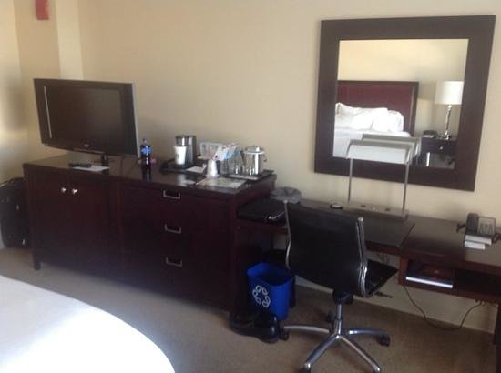 Westin Annapolis: Desk and dresser