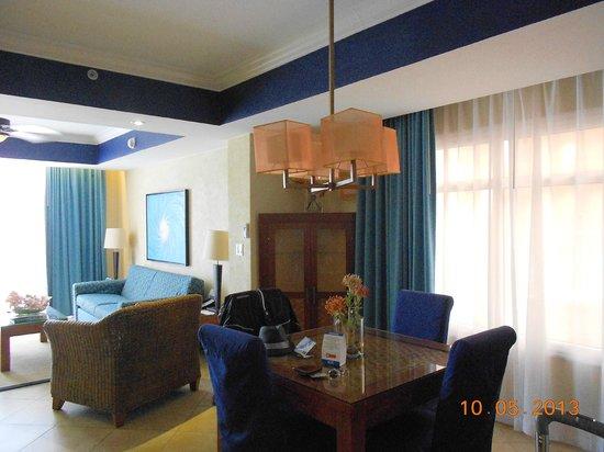 Divi Aruba Phoenix Beach Resort: Dining, living room