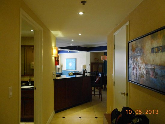 Divi Aruba Phoenix Beach Resort: Entering the suite