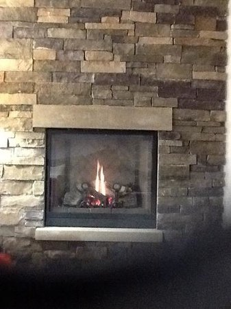 Penn Wells Hotel: Love having a fireplace in my suite.