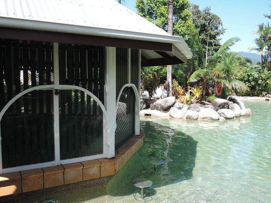 Cairns Colonial Club Resort: Bar sulla piscina chiuso.