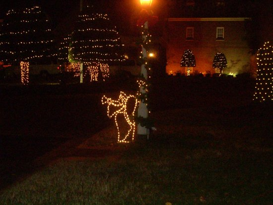 The Founders Inn and Spa: Lighted Entrance to Main Lobby, Path Lighted with Lights and Angels