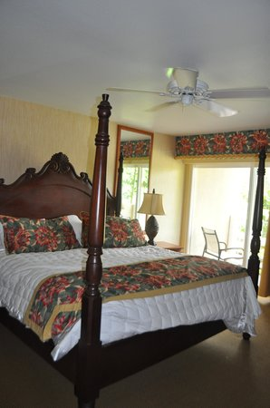 Kauai Coast Resort at the Beachboy : Master bedroom with bathroom and lanai