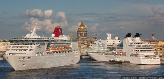 MaxiBaltTours: St Petersburg downtown with cruise ships