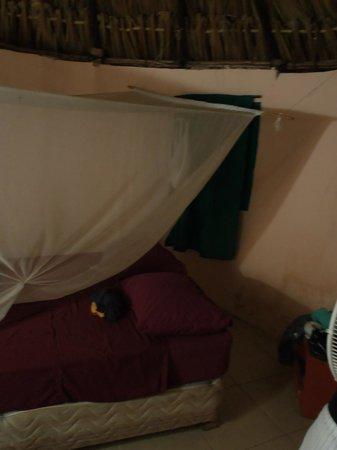 Rancho Tranquilo: Chambre avec moustiquaire sale et trouée