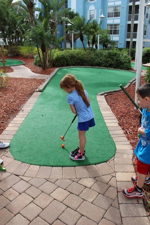 Grande Villas Resort : Mini golf in the middle of complex