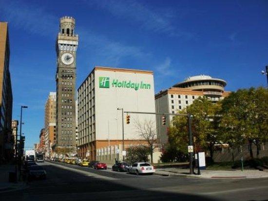 Holiday Inn Baltimore-Inner Harbor: View of hotel from Pratt Street