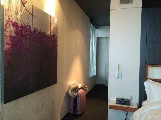 Toronto Downtown Bed & Breakfast: Beautiful artwork in room
