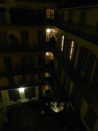 TownHouse 70: Evening view into the courtyard