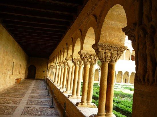 Monastery of Santo Domingo de Silos: el claustro del monasterio de silos
