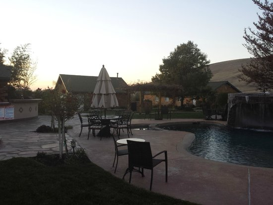 The Purple Orchid Wine Country & Spa : Outdoor pool area