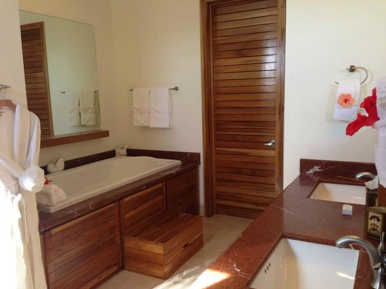 The Phoenix Resort: Luxurious bathroom