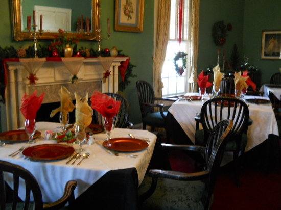 The Inn at Grays Landing: Guests have their own table