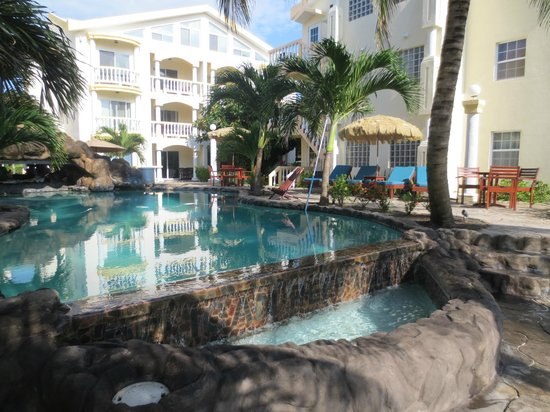 Pelican Reef Villas Resort: The pool and the main outside area.  Have your meals and drinks here.