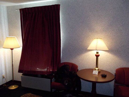 Days Inn Battlefield Rd/Hwy 65: Good enough for an interim stay. Show is the table and 2 of the 5 lamps in the room.