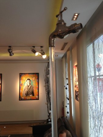 Le Marceau Bastille Hotel: Art in lobby