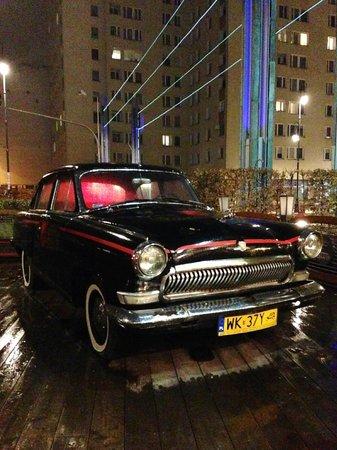 Czerwony Wieprz: 店外には古い社会主義時代の自動車が飾られていました