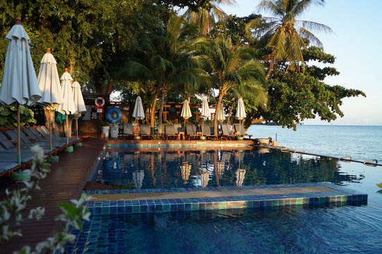 Baan Haad Ngam Boutique Resort & Villas : Pool and sun loungers