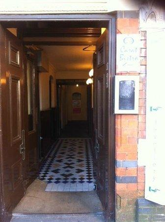 24 Carat Bistro: Corridor down to the entrance.
