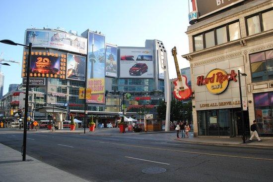 Dundas Square - Picture of Yonge-Dundas Square, Toronto ...