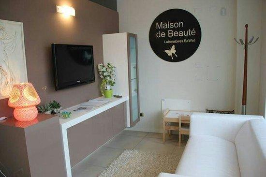 Domagnano, San Marino: Sala attesa e spazio bimbi con giochi colori e tv