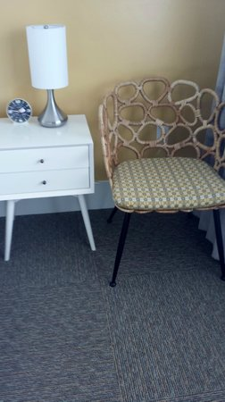 Beck's Motor Lodge: Cute sitting chair and retro clock