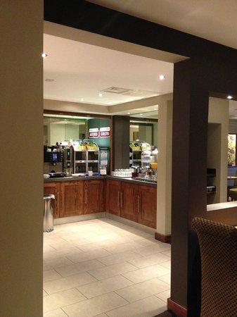 Premier Inn London Ealing Hotel: view of kitchen