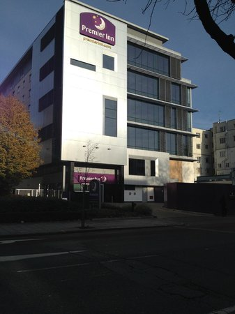 Premier Inn London Ealing Hotel: front of the hotel