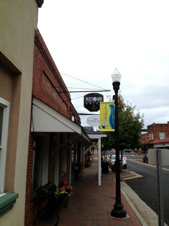 Midtown Grill: Just a short walk from the square in Clarkesville