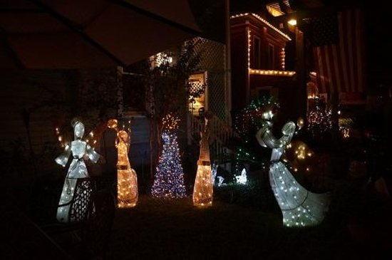 Arbor House Inn And Suites: backyard decorated for Xmas