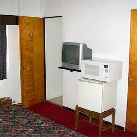 Lincoln Lodge Motel: T.V., microwave and refridgerators in all rooms