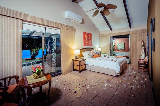 Bahia del Sol Beach Front Hotel & Suites: King Sun Suite.... romantic turn over