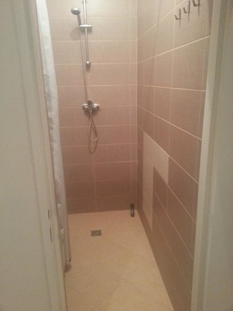 Hostel One Home: showers