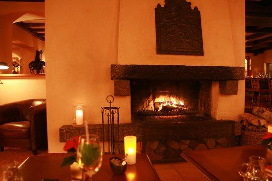 Treschers Schwarzwald Romantik Hotel: ... am Kamin die Seele baumeln lassen...