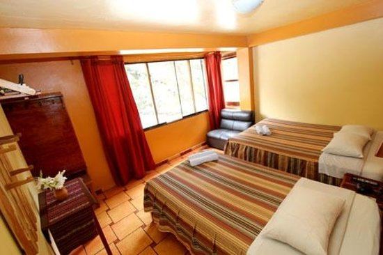 Hostal La Payacha: Double room with king size bed and single bed.