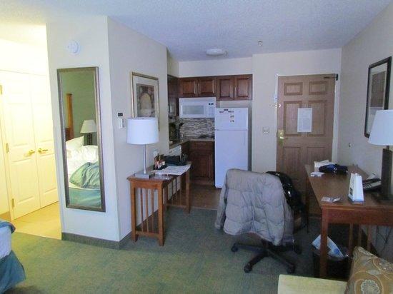Staybridge Suites Raleigh-Durham Apt-Morrisville: desks and kitchenette