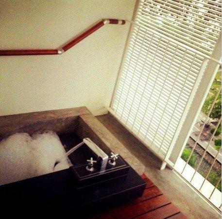 Lone Pine Hotel: Balcony tub