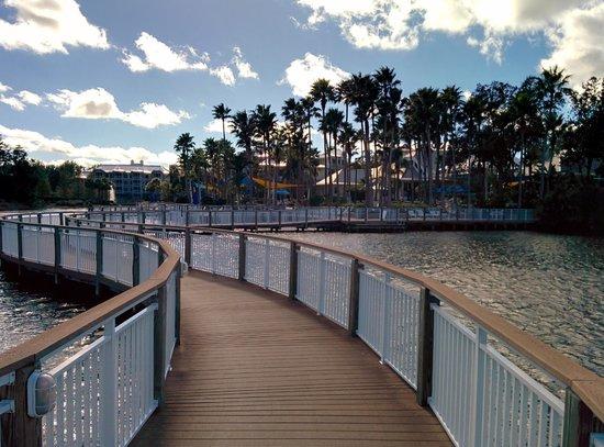 Marriott's Cypress Harbour Villas: Wooden walk-way across lake.