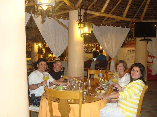Mango de Costa Azul: Cenando en el restaurante del hotel a unos metros de la piscina y de la habitación de mi cuñada