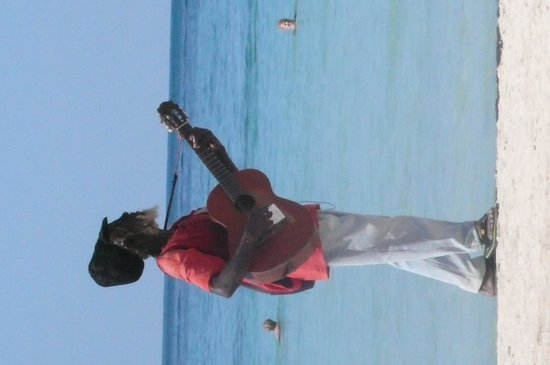 Hotel Riu Palace Tropical Bay: Local musician.