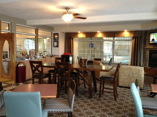 Days Inn Petoskey: Breakfast Area