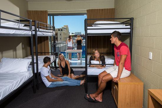 Gilligans Backpackers Hotel & Resort: 6 Bed
