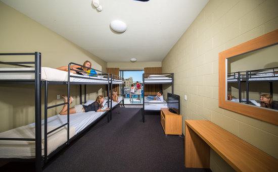 Gilligans Backpackers Hotel & Resort: 6 bed deluxe